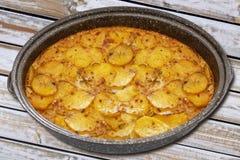 Serbski naczynia mousaka w garnku, balkan kuchnia jak tradycyjny asortowany naczynie na drewnianym stole zdjęcie royalty free