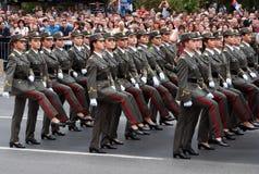 Serbtjänstemän i march-5 Royaltyfri Bild