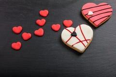 Serc kształtni ciastka na czarnym tle zdjęcie stock