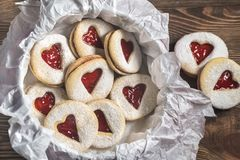 Serc kształtni ciastka z truskawkowym plombowaniem Obraz Royalty Free