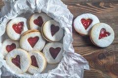 Serc kształtni ciastka z truskawkowym plombowaniem Zdjęcie Stock