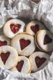 Serc kształtni ciastka z truskawkowym plombowaniem Zdjęcie Royalty Free