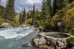 Serc kształtni hotsprings blisko halnej rzeki Fotografia Royalty Free