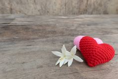 Serca i kwiaty na drewnianym stole fotografia royalty free
