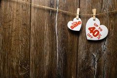 Serca i rabaty z romantycznym wzorem na drewnianym tle Duża sprzedaż na jeden sercu i czterdzieści procentach zdjęcia stock