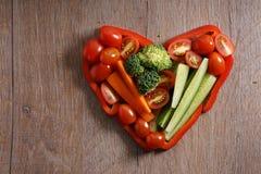 Serca kształtny kolorowy warzywo na drewnianym tle Zdjęcie Royalty Free
