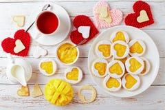 Serca linzer kształtni ciastka na talerzu obraz stock