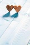 Serca na drewnianym tle Obrazy Royalty Free