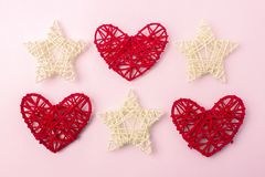 Serca na lekkim tle Temat dzień jest świętym valentine symbol miłość Trzy serca i trzy gwiazdy Fotografia Stock