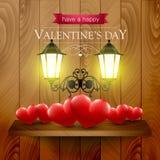 Serca na półce i lampy na drewnianym tle Obrazy Royalty Free