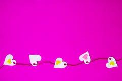 Serca na purpurowym tle, wiązana kolorowa nić Obrazy Royalty Free