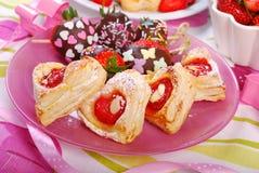 Serca ptysiowego ciasta kształtni ciastka dla valentines Fotografia Royalty Free