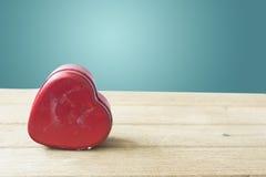 Serca pudełko na stole z zielonym tłem Zdjęcia Stock