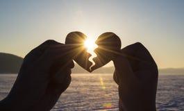 Serce łączy ręki kochankowie, sylwetka przy zmierzchem dzień wszystkie kochankowie Obrazy Stock