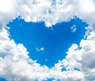 Serce chmura w niebieskim niebie zdjęcie royalty free