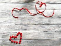 Serce czerwony cukierku i czerwień atłasu faborek Obrazy Stock