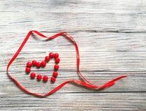 Serce czerwony cukierku i czerwień atłasu faborek Zdjęcia Royalty Free
