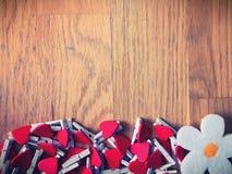 Serce dekorujący drewniany tło Fotografia Stock