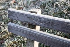 Serce grawerujący na zamarzniętej ławce Fotografia Stock