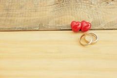 Serce i pierścionek Na drewniany retro Obraz Royalty Free