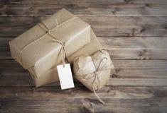Serce i pudełko zawijający w brown Kraft papierze z metką, dalej Obraz Royalty Free