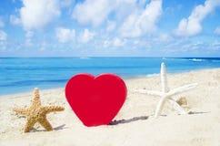 Serce i rozgwiazdy na piaskowatej plaży obraz stock
