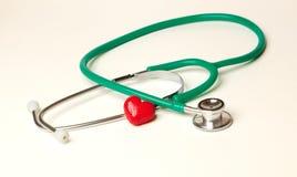 Serce i stetoskop odizolowywający na białym tła pojęciu Obrazy Royalty Free