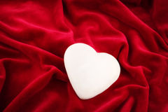 serce, jedno nad lśniącej aksamitem obrazy royalty free