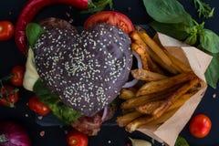 Serce kształtny hamburger zdjęcia stock