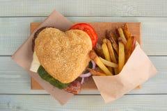 Serce kształtny hamburger fotografia stock