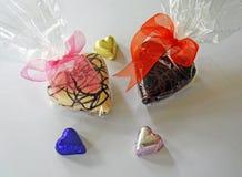 Serce kształtować czekolady w celofanu i folii opakowaniach Fotografia Stock