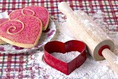 Serce kształtował ciastka, krajacza i drewnianej tocznej szpilki, zdjęcie royalty free