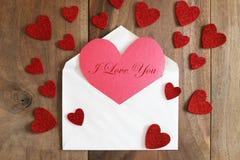Serce Kształtował Domowej roboty walentynki ` s dnia kartę na Nieociosanym Drewnianym Backgr Zdjęcia Royalty Free