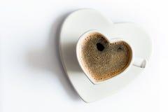 Serce kształtował filiżankę czarna kawa na bielu Miłość fotografia royalty free