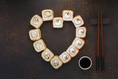 Serce kształtował suszi rolki z chopsticks dla walentynka dnia zdjęcie royalty free