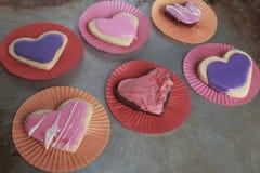 Serce Kształtował waniliowych, czekoladowych ciastka i pastelowych menchii i purpur dla walentynka dnia z lodowaceniem zdjęcie stock