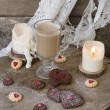 Serce kształtował Wiedeńskich czekolady i wanilii walentynki dnia ciastka z szklanym filiżanka kawy z mlekiem na drewnianym tle fotografia royalty free