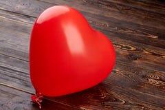 Serce kształtujący balon na drewnianym tle Zdjęcie Royalty Free