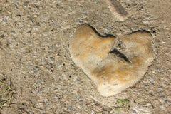 Serce kształtujący kamień na ziemi Zdjęcie Royalty Free