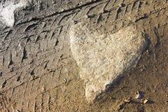 Serce kształtujący kamień na ziemi Obrazy Royalty Free