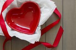 Serce Kształtujący naczynie z Czerwonym faborkiem zdjęcia royalty free