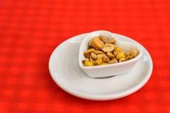 Serce Kształtujący puchar Z Wysuszonymi Ciężkimi owoc I arachidami Zdjęcia Royalty Free