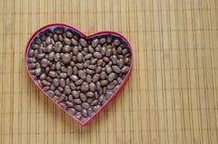 Serce kształtujący pudełko wypełniał z małymi czekolad piłkami Fotografia Royalty Free