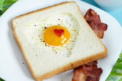 Serce kształtujący smażący jajko Fotografia Royalty Free