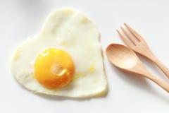 Serce kształtujący smażący jajko Zdjęcia Royalty Free