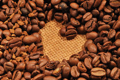 Serce kształtne kawowe fasole na tekstury tle Obrazy Stock