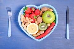 Serce kształtujący naczynie z warzywami Obraz Stock