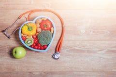 Serce kształtujący naczynie z warzywami Fotografia Stock