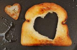 Serce kształtujący smażący chleb Zdjęcia Stock