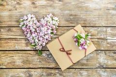 : serce kwiaty i pączki jabłoń, pudełko z prezentem, cukierki w pudełku Na starym drewnianym tle ilustracja wektor